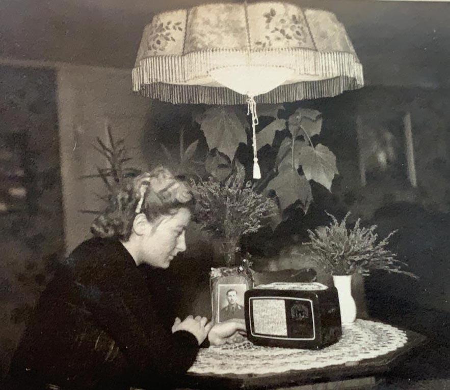 Erna Gabath in der Stube hört südbadisches Radio