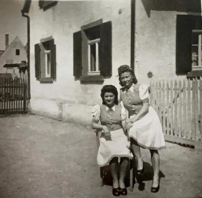 Mit Freundin Gerda vo dem Haus in Freiburg im Breisgau